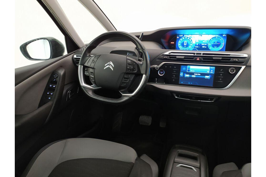 Interior lado del conductor desde el asiento trasero