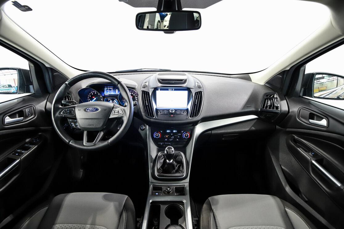 Interior frontal de la cabina desde el asiento trasero