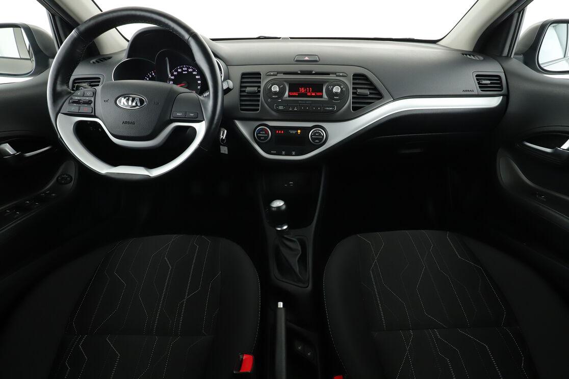 Vorderseite des Innenraums des Cockpits vom Rücksitz aus